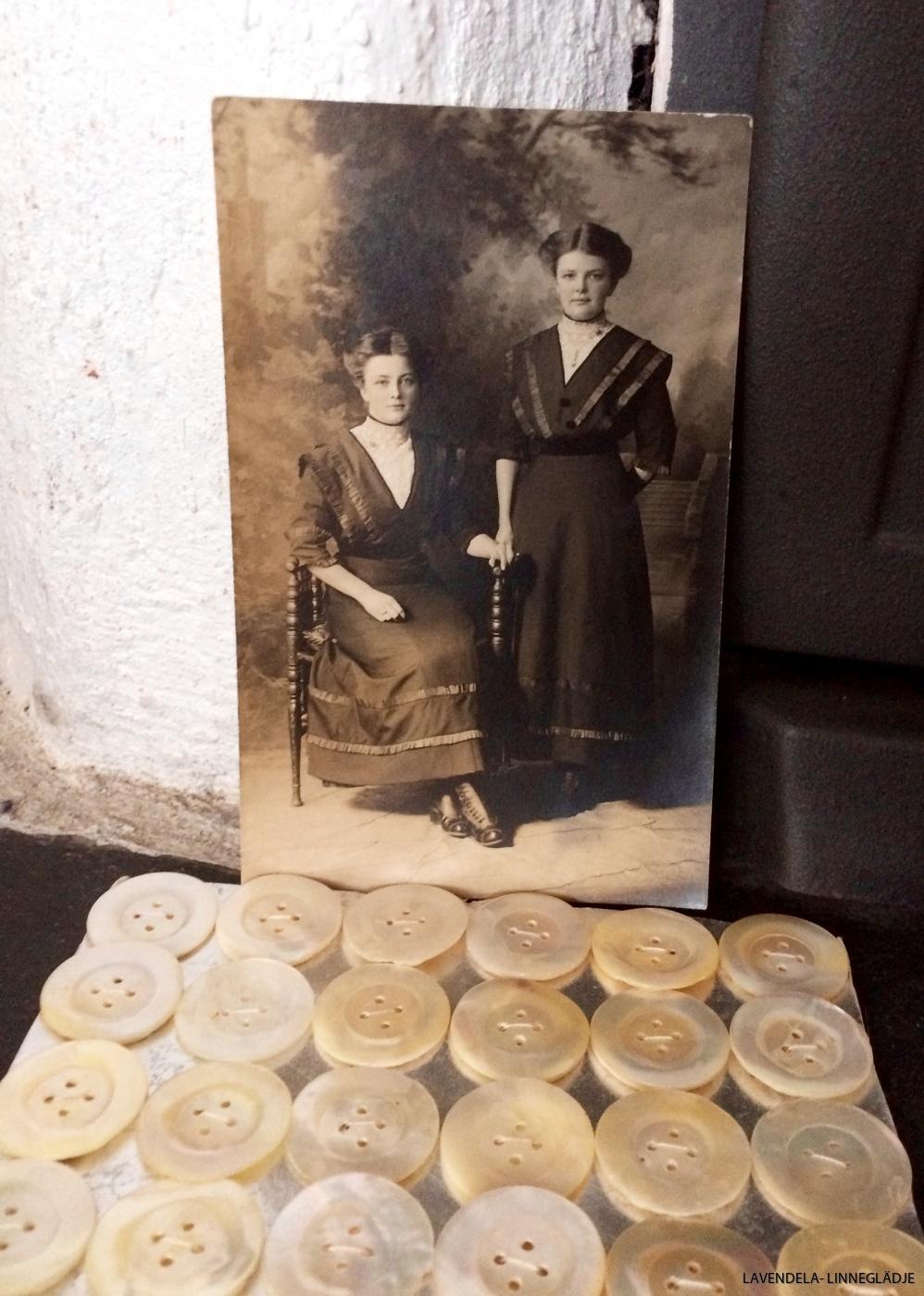 Antika pärlemorknappar.