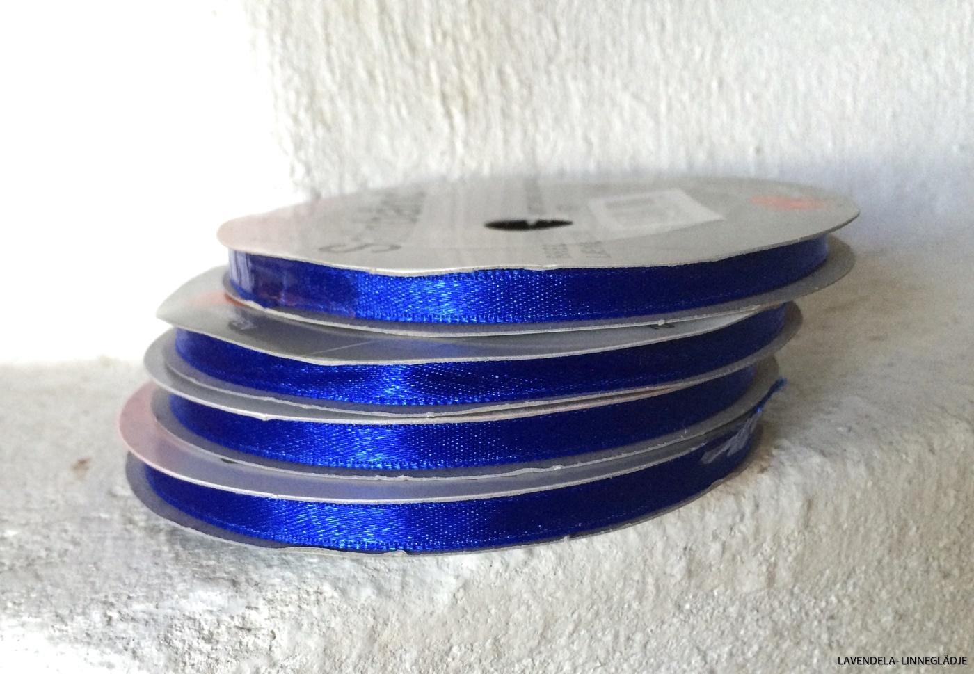 Marinblått och 6 mm brett.