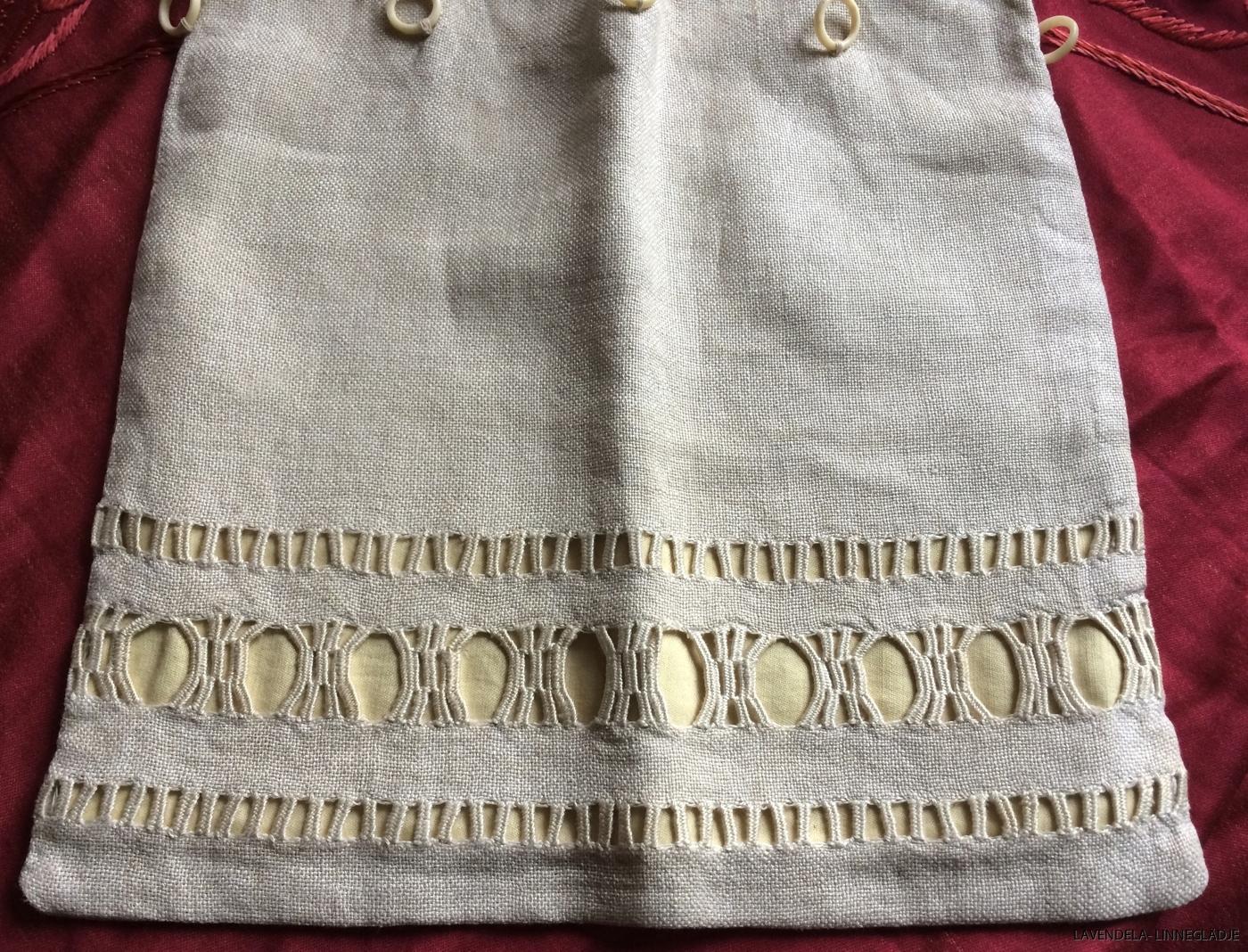 En påse i linne med handsynd hopdrags