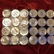 Antika pärlemoknappar, 24 stycken,  på orginalkarta, 20 mm. Oanvända!
