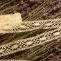 En ljuvligt vacker handknypplad spets, 4 m lång. Oanvänd!