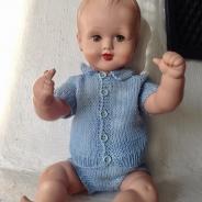 Rea! En jättesöt pojkdocka i handstickad blå dress. Mycket fint skick.