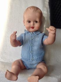 Rea! En jättesöt pojkdocka i handstickad blå dress. Mycket fint skick. - En så söt pojkdocka. i mycket fint skick!