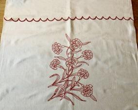 En vacker äldre handbroderad paradhandduk. i mycket fint skick! - En vackert handbroderad p-handduk.