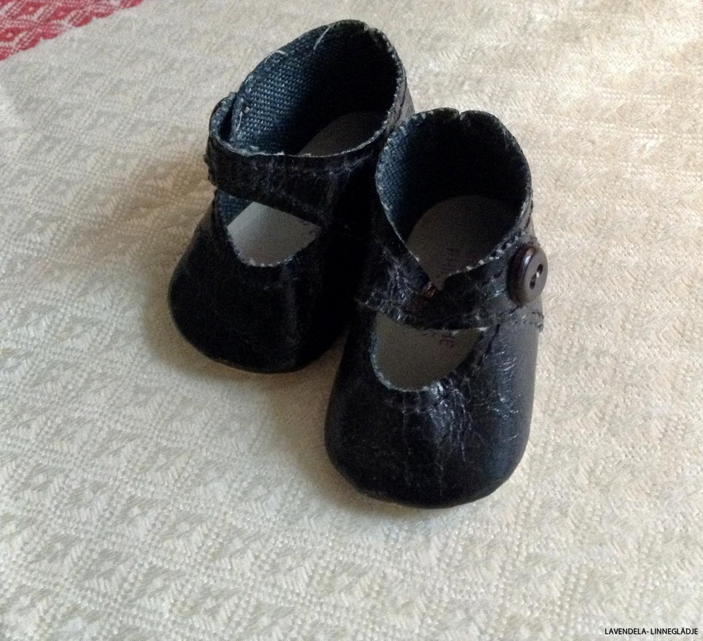Skorna är 6 cm långa.
