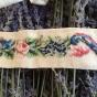 REA! Ett antikt pärlbroderi i vackert mönster. Fint skick! - Ett mycket vackert handbroderat pärlband.