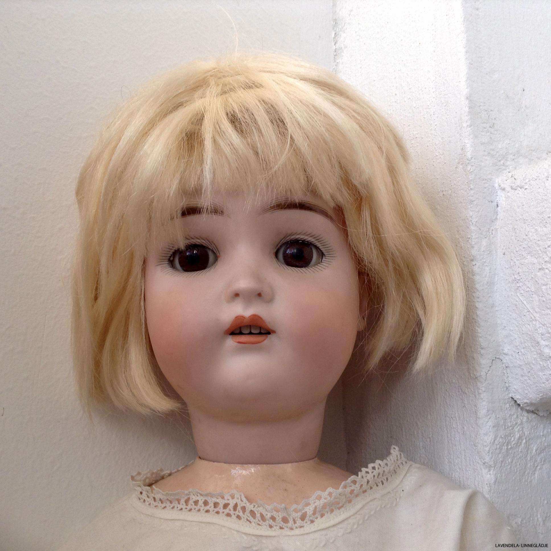 En mycket vacker antik docka