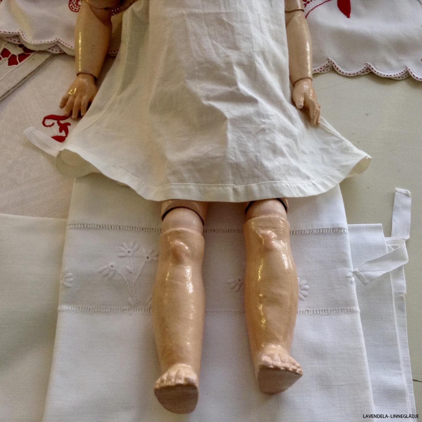 Armar och ben på dockan.