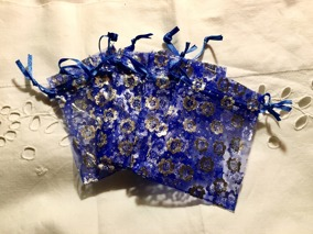 Fem stycken organzapåsar i blått och silver. 9 x 7 cm. Nyvara. - 5 st organzapåsar 9 x7 cm i blått.