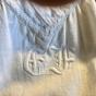 En fin antik särk i bomull. Knypplad spets, handbroderad.