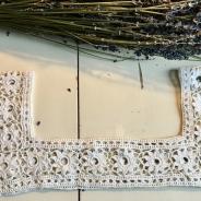En handvirkad spets till en särk, linne. Finaste skick!
