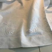 Ett vackert handvävt linnelakan med vitbroderier.