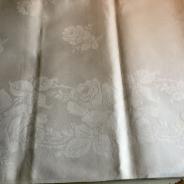 En vacker damastduk, 160 x 130 cm, fållad. Oanvänd!