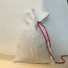 En doftande påse med vitbroderier i linne. Handsydd! - En härligt doftande påse i vitbroderier och linne.