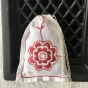 Sommarpris! En handsydd lavendelpåse i linne med rött brodyr. Fint skick!