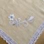 REA! En välbroderad duk i linne i påskgult. Vacker handknypplad spets.