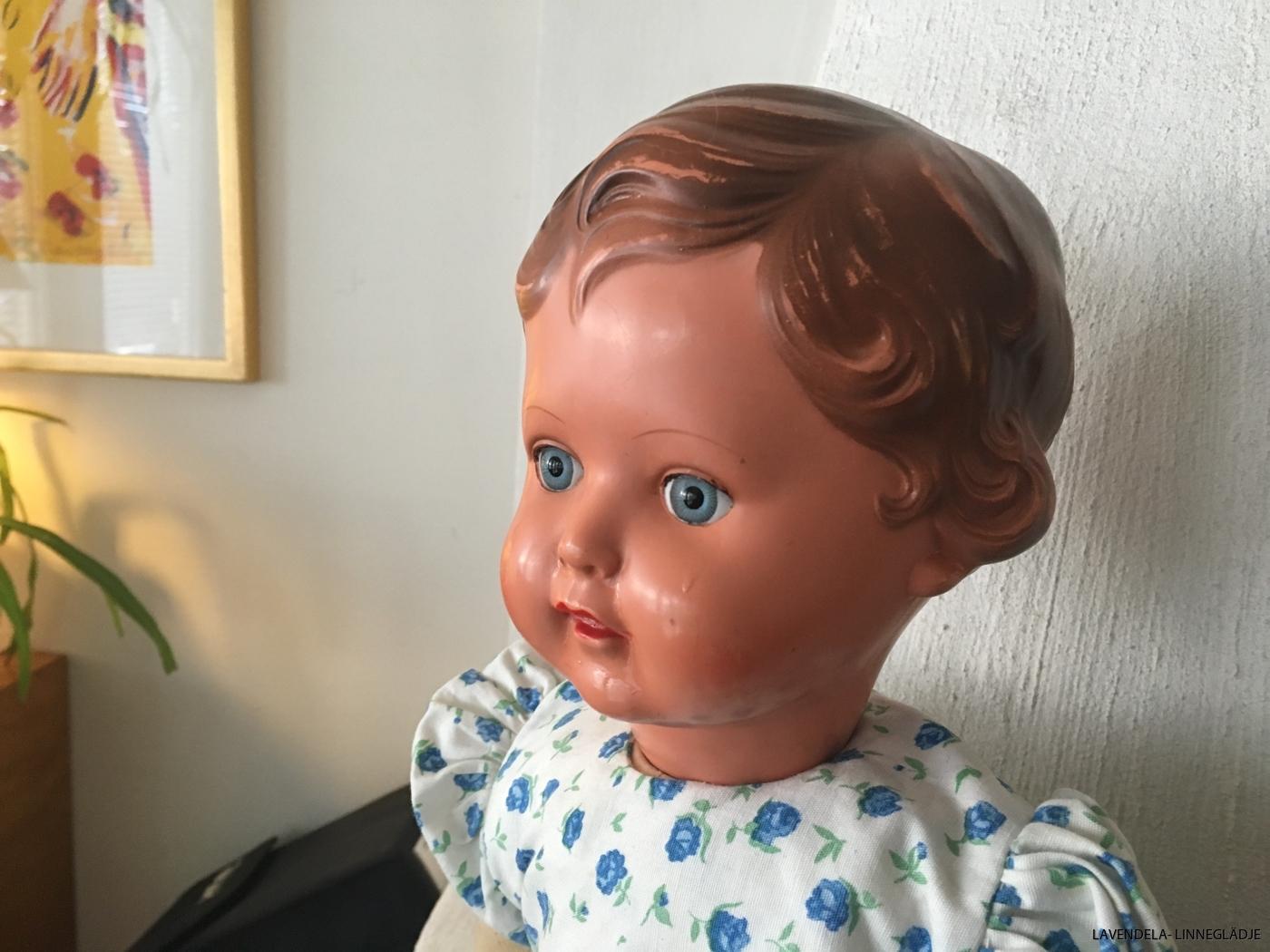 Brunt hår med blåa ögon.