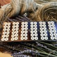 Rea!  Antika tygknappar. Knapparna är vita och 12 mm.