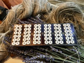 Rea!  Antika tygknappar. Knapparna är vita och 12 mm. - Antika, nya tygknappar.