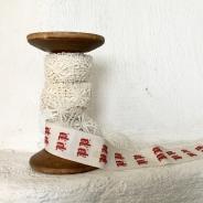 Sommarpris! En vacker bobinrulle med antika monogramband och knypplad spets.