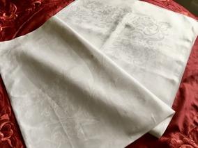 Sommar rea!  En vackert glänsande damastduk, 240 cm x 130 cm. Härlig kvalité, fint skick! - Sommarpris!  En välvårdad och mycket vacker damastduk.