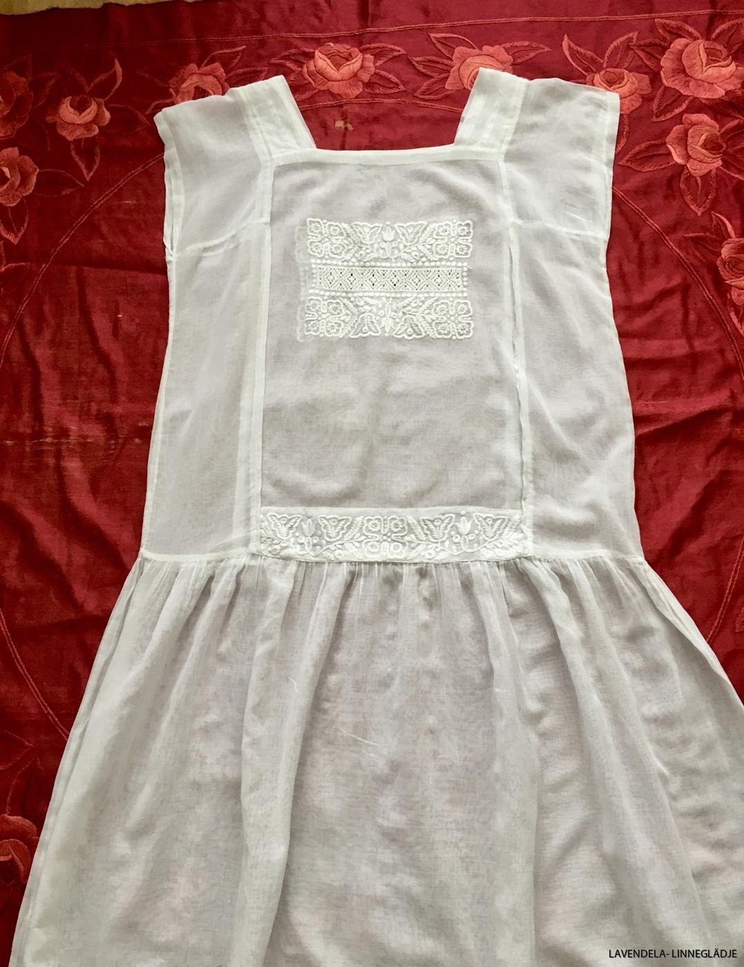 Vit handbroderad klänning
