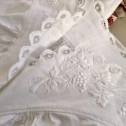 En ljuvligt vacker antik särk! Ett mästerligt vitbroderi! Nyskick!