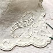 Sommarpris! Tro det eller ej men näsduken är från 1846! Fantastiskt vackert hantverk! I fint skick, trots sin ålder.