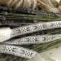 Snyggt handvirkade spets! Hela 6 meter lång och 2 cm bred. Oanvänd!