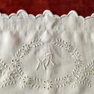 Vilket hantverk!  Två lakan med örngott i vackraste linne. Och ett Mästerligt vitbroderi.