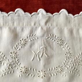 Vilket hantverk!  Två lakan med örngott i vackraste linne. Och ett Mästerligt vitbroderi. - Två lakan +två örngott i finaste linneväv.