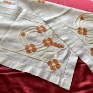 En snygg jugendduk i linneväv, 135 x 32 cm. Vackert handbroderi i glänsande pärlgarn.