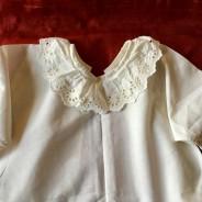 En ljuvligt söt babyskjorta, handsydd med brodyrspetsar. Fint välbevarat skick!