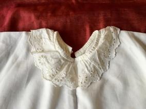 En ljuvligt söt babyskjorta, handsydd med brodyrspetsar. Fint välbevarat skick! - En äldre handsydd babyskjorta i fint skick