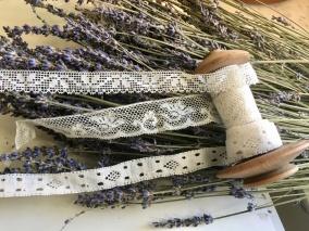En vacker antik bobinrulle med handgjorda spetsar. Över 425 cm långa. - En vacker bobinrulle med spetsar.
