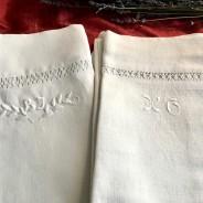 Två fina linneörngott med vitbroderi och hålsömsbroderi.