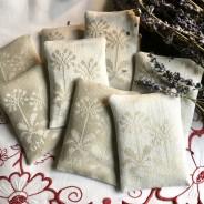 De vackraste handvävda lavendelpåsar i damast. Design: G. Mårtensson.