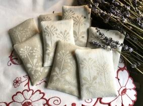De vackraste handvävda lavendelpåsar i damast. Design: G. Mårtensson. - Vackra lavendelpåsar i handvävd damast.