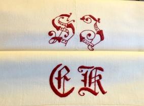 Två antika bomullslakan med vackra röda monogram. I mycket fint skick! - Två antika bomullslakan i fint skick.