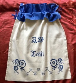 En härlig och praktisk tvättpåse i bomull, dekorativ.Mycket välbevarad! - En fint handbroderad tvättpåse i vitt och blått.