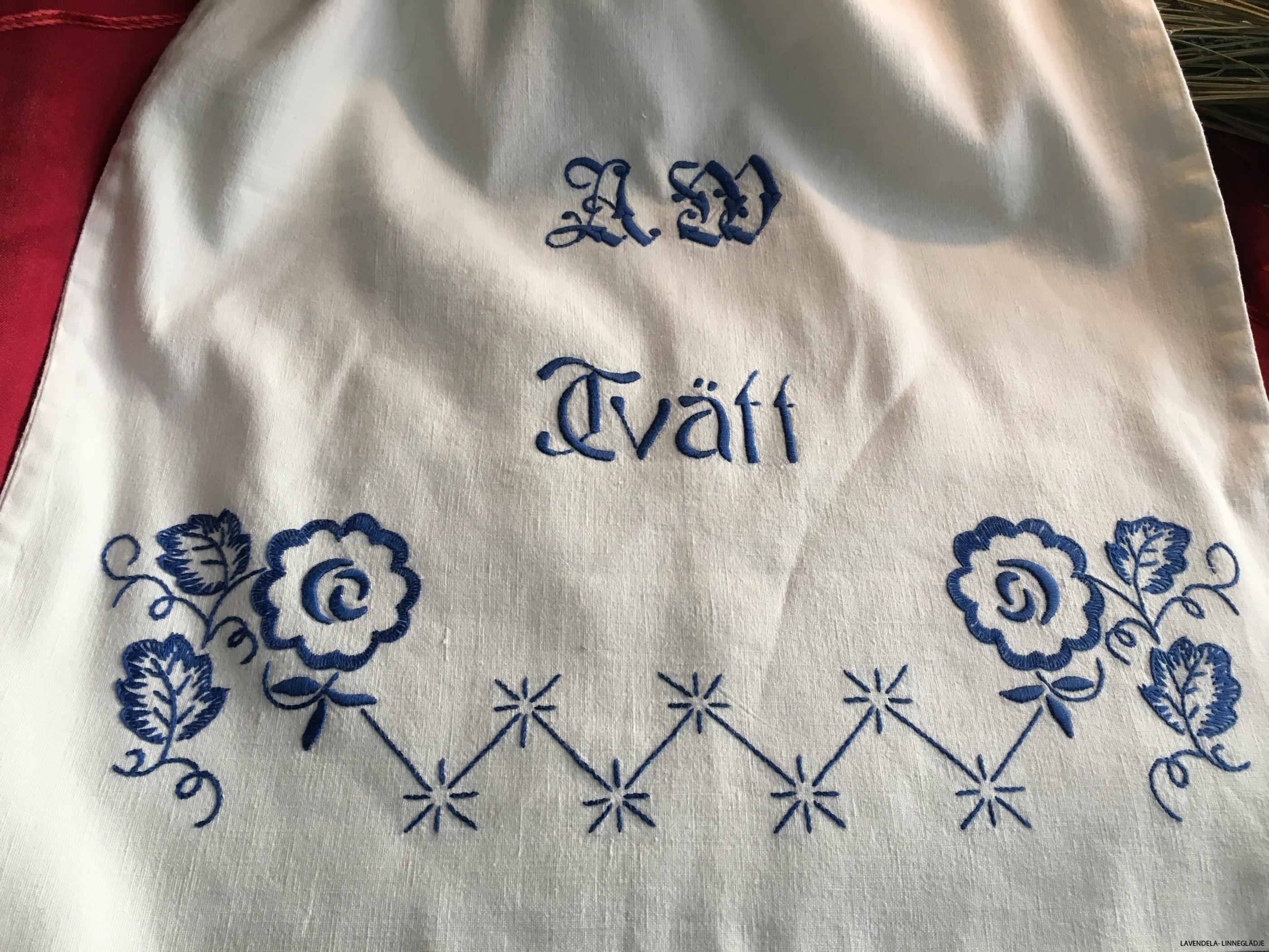 tvättpåse i blått och vitt.