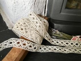En mycket vacker handknypplad spets, 340 cm lång. - En vacker handknypplad spets.