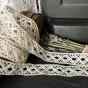 En mycket vacker handknypplad spets, 340 cm lång.
