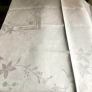 En glänsande vacker damastduk, 120 x 124 cm. Oanvänd!