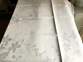 En glänsande vacker damastduk, 120 x 124 cm. Oanvänd! - En ny vacker damastduk.