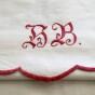Bra Pris! En mycket välbroderat paradhandduk i rött och vitt. I bästa skick!