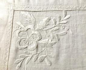 Ett ljuvligt vackert hantverk! Örngott i linne, handsydda vitbroderi! Bästa skick! - Ett antikt, fantastiskt vackert handvävt linneörngott