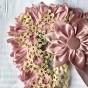Ett mycket vackert hantverk från 1860. Hårbonad i rosa och spets.