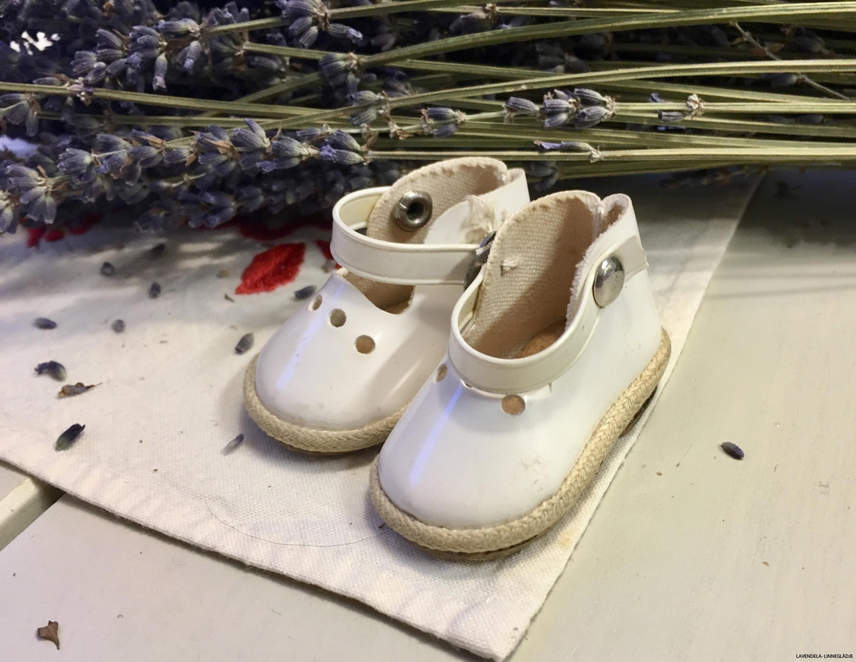 Vita små söta skor