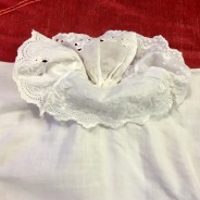 En babyskjorta med handsydd brodyrspetsar!